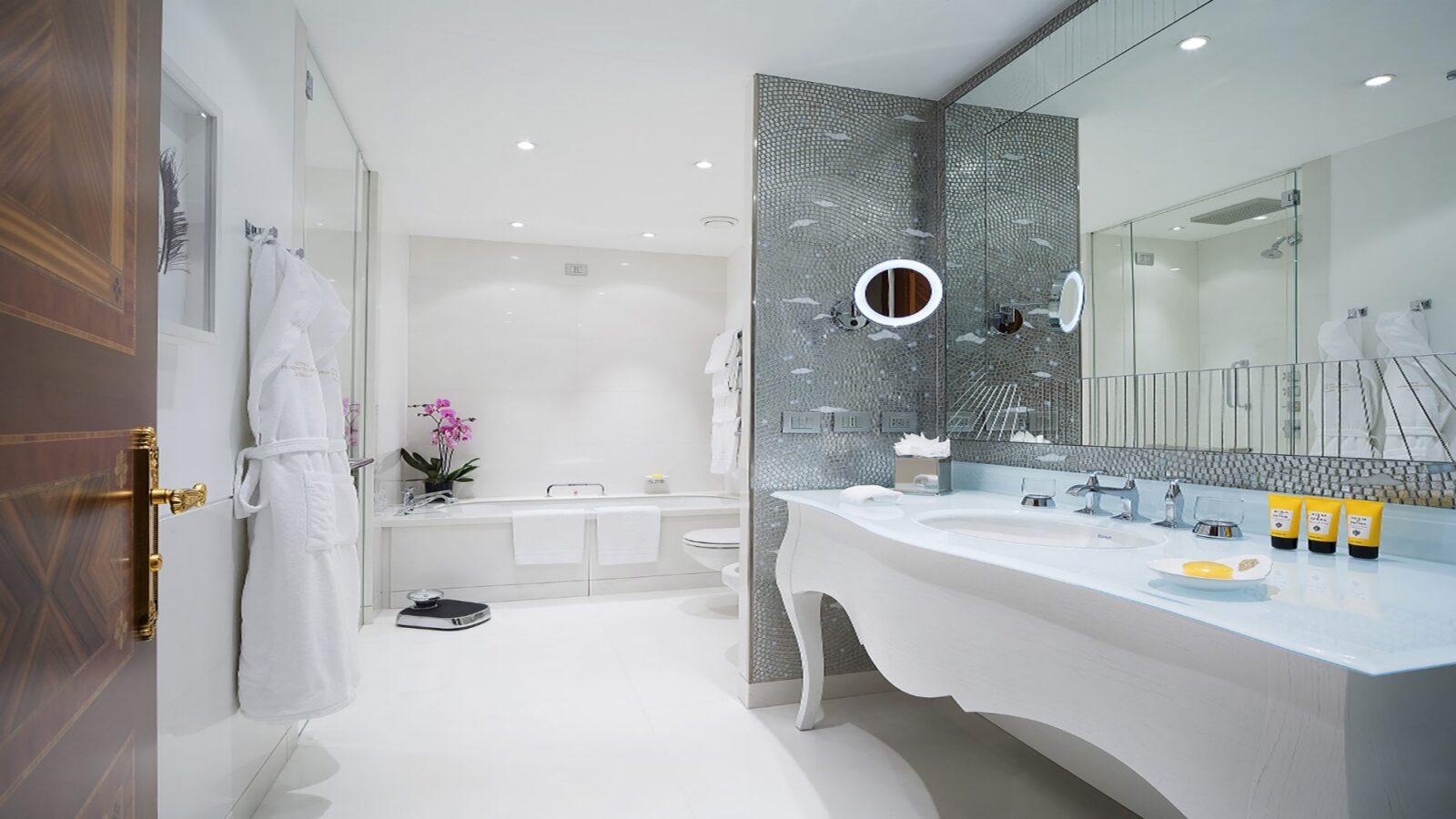 Junior Suite bathroom at Hotel Principe di Savoia