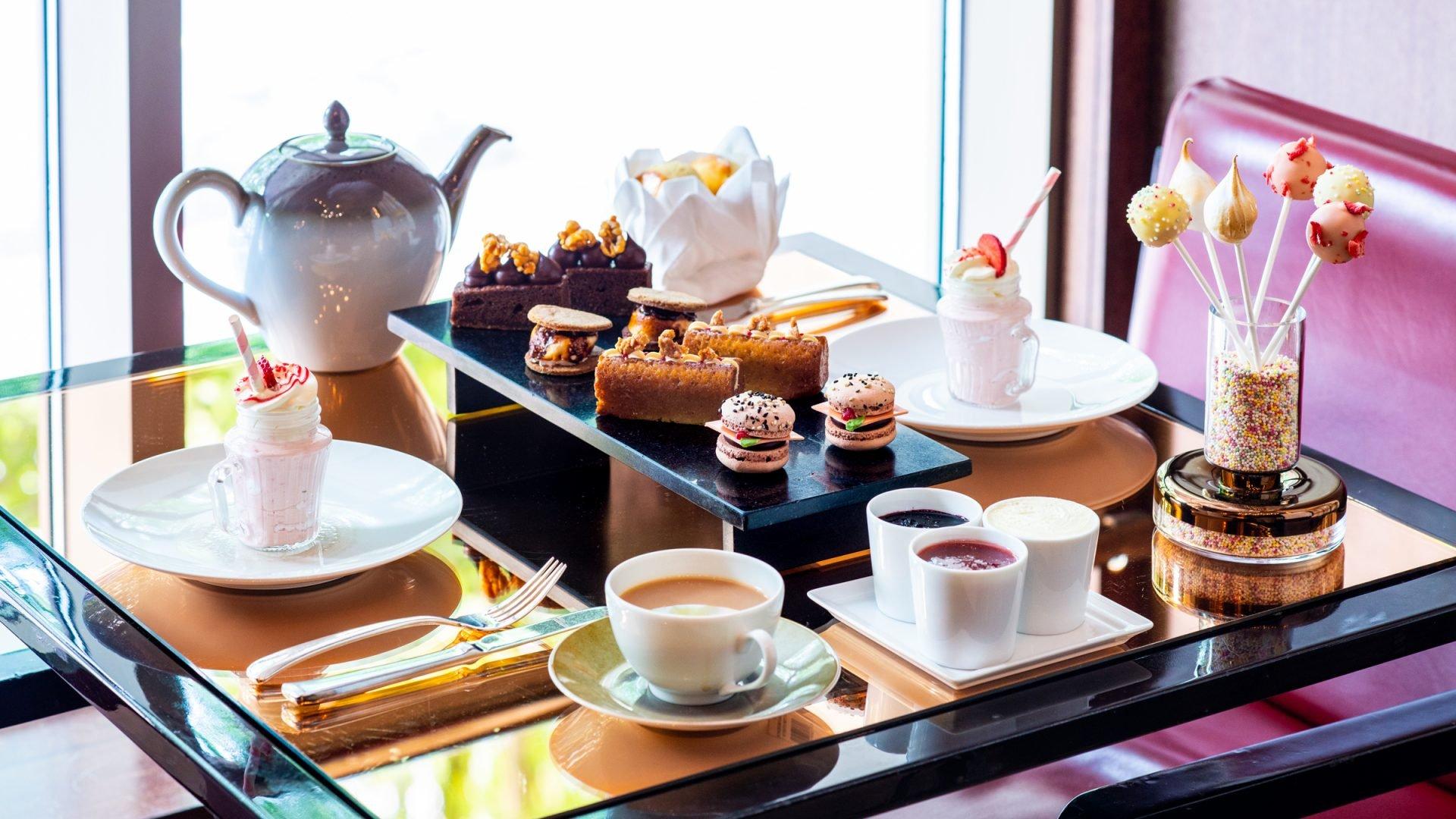 London 45 Park Lane CUT Cakes Table Set Up - Landscape