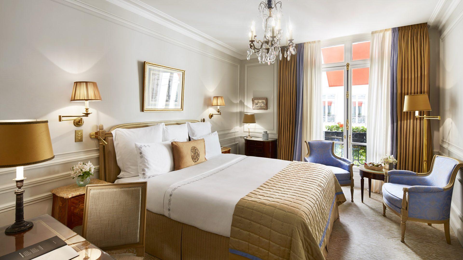 Chambre classique - Hôtel Plaza Athénée  Dorchester Collection