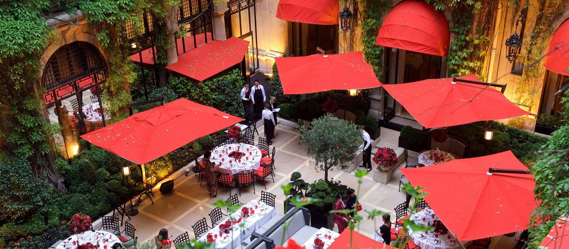 La cour jardin paris hotel plaza ath n e dorchester - Salon prestige organza ...